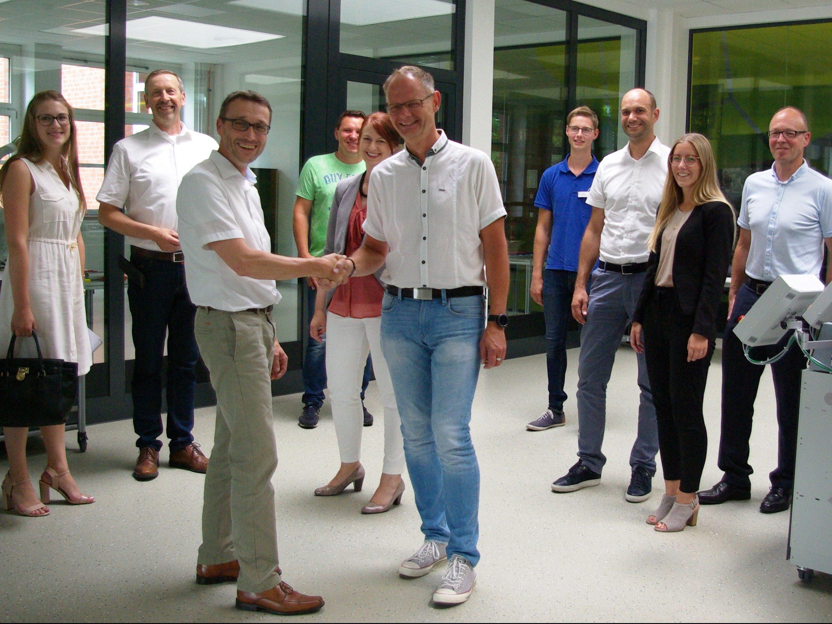 Frank Haacks gratuliert zur erfolgreichen Zusammenarbeit mit dem Berufskolleg Rheine