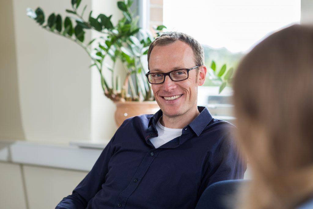 Daniel Kemme wird im Besprechungsraum von NFT automates interviewed