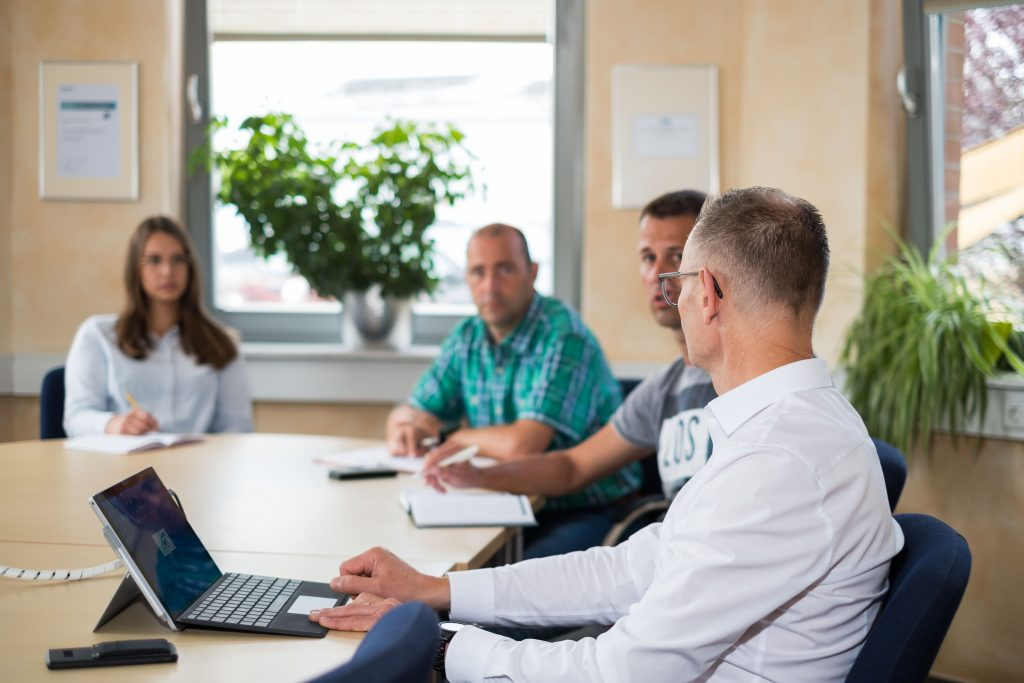 NFT Team berät sich über das nächste Automation-Kundenprojekt im Besprechungsraum